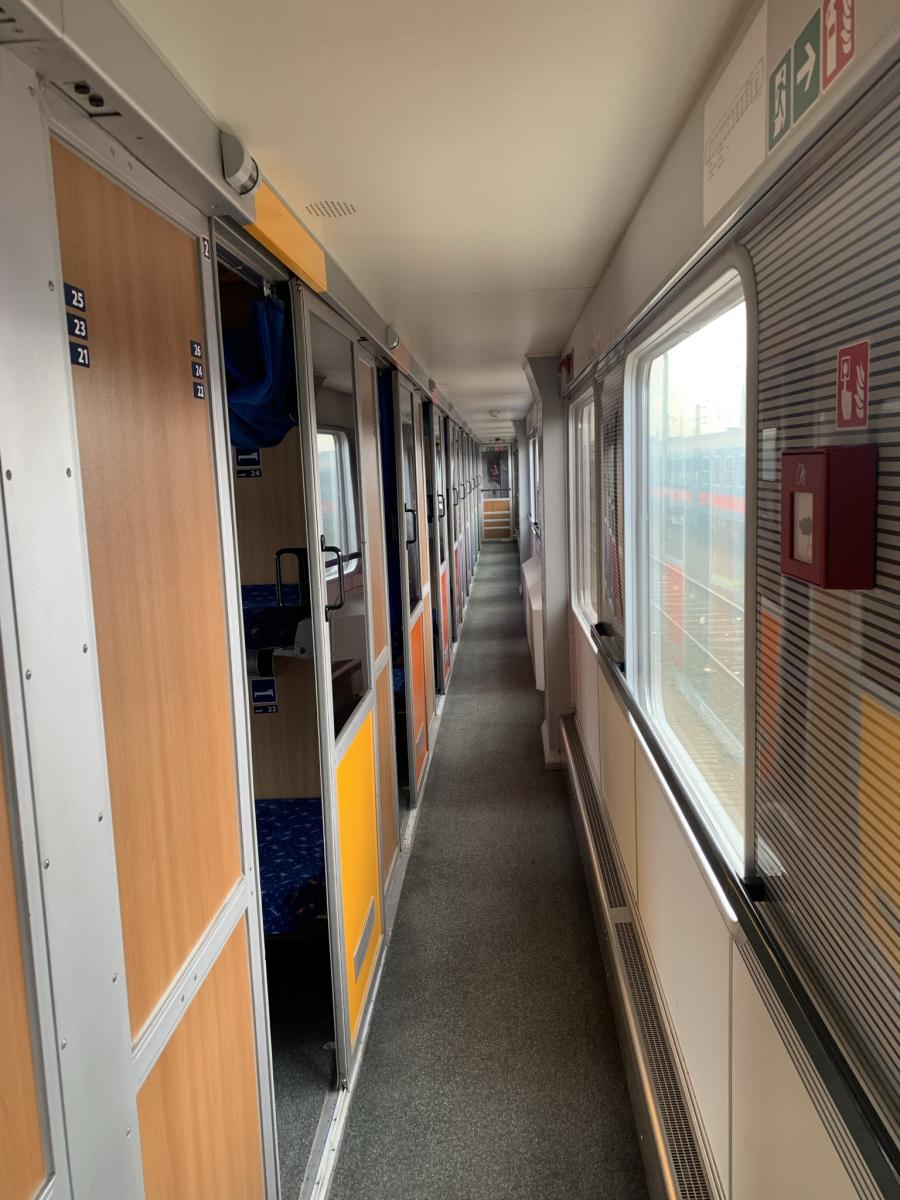 A fekvőhelyes kocsi folyosója