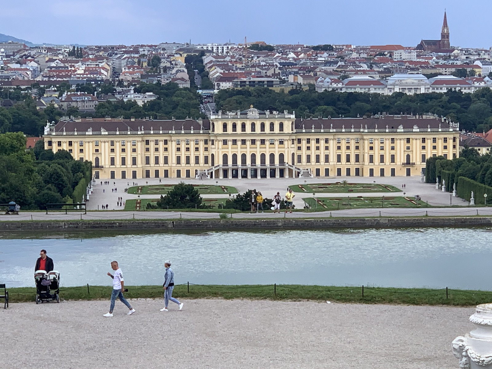 A kastély látványa a Gloriettől