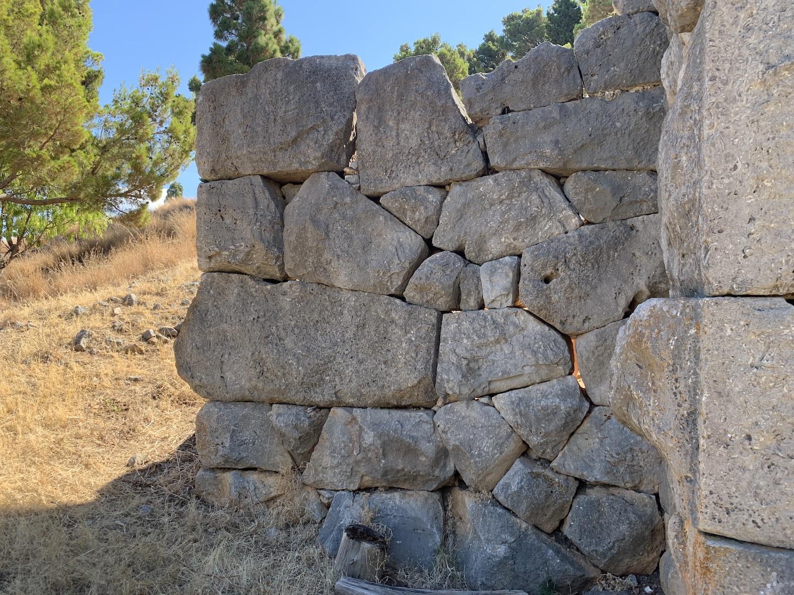 Na ez aztán az öreg, megalitikus korból származó épület