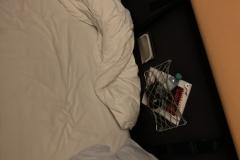 Az ágy mellett tároló rekesz is található