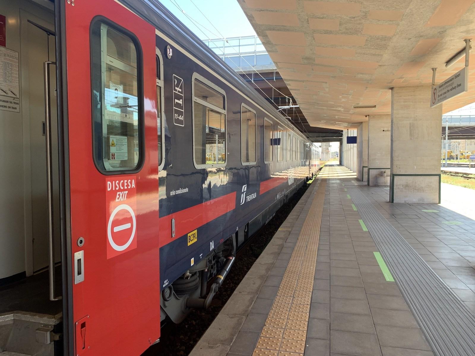 Vonatunk a kompra várakozik