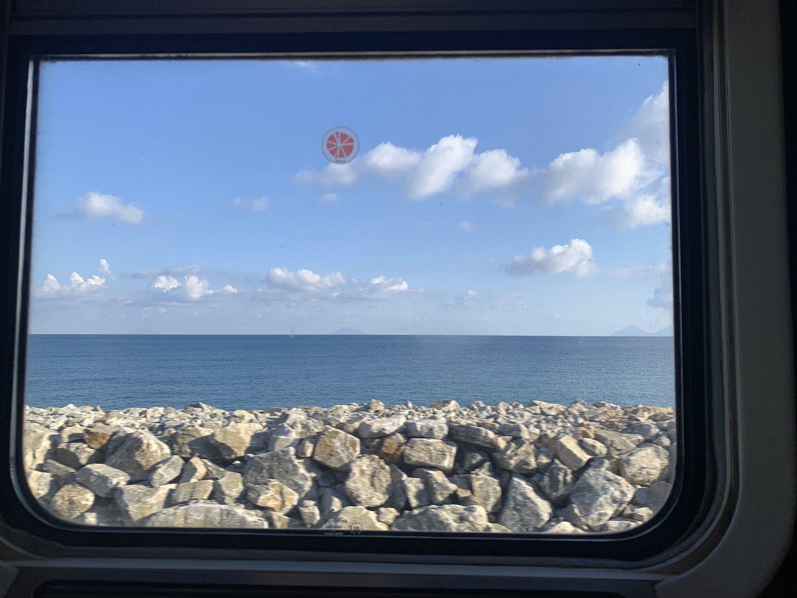 A tengerparton halad vonatunk