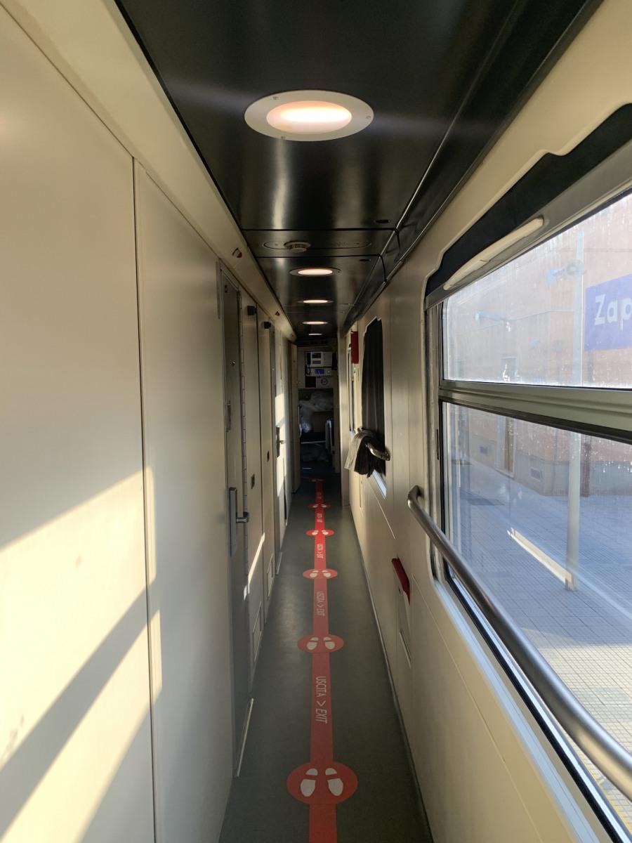 A vonat folyosója