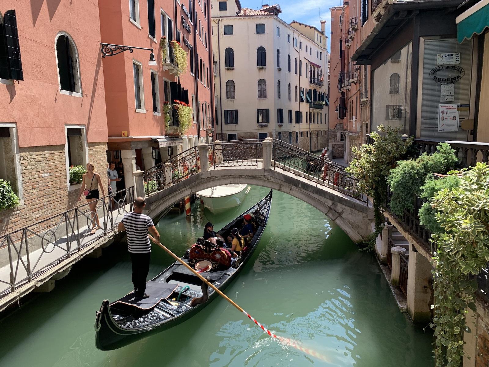 Kis csatorna, apró híddal